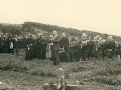 Vers 1945 - Derrière le Collège, le cimetière militaire provisoire