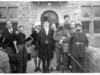 Vers 1940 - Théâtre. A droite, le P. Adrien Genin.