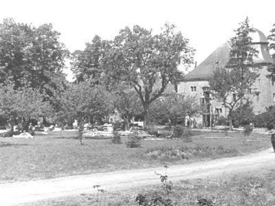 1938 - Sur les pelouses, les effets sauvés du feu