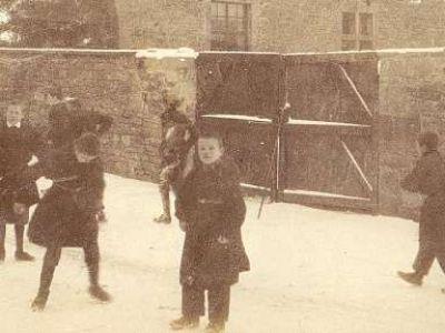 Hiver 1902-1903 - Dans la cour intérieure
