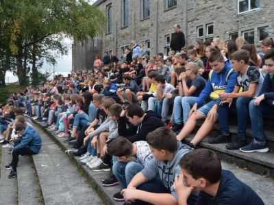 L'escalier-gradin de la plaine de sports accueille les élèves lors d'une animation.