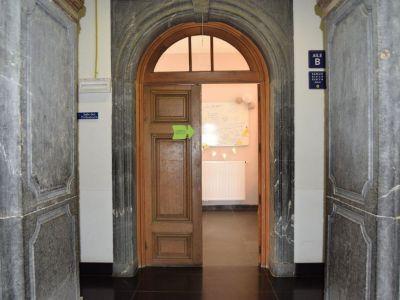 L'entrée de la salle des professeurs, vue du hall d'entrée principal